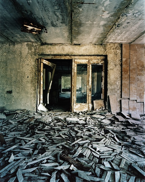 jane-and-louise-wilson-atomgrad-nature-abhors-a-vacuum-2010-doorway
