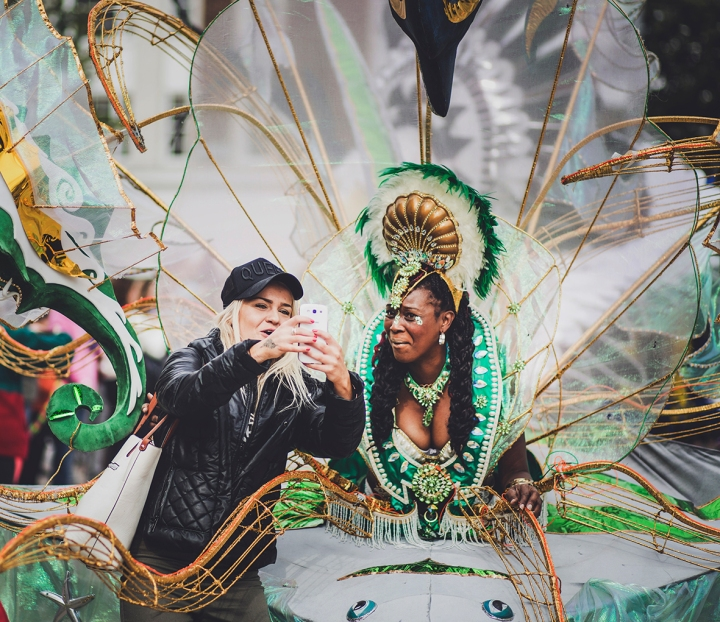 SELFIE WITH CARNIVAL PERFORMERS HULL INTERNATIONALE CARNIVAL FREEDOM FESTIVAL 2017